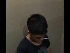 Quay anh trai cu trong toilet
